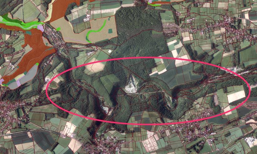 A gauche, en couleurs, les zones proposées en Natura 2000; à droite la partie non couverte de la vallée du Bocq