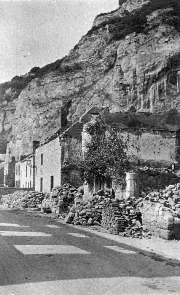 La rue Clos des Manoyes à Houx, en août 1914.  La mémoire du comte de Lévignen a été honorée par le Conseil communal